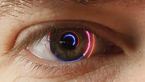 Man` s synar med den futuristiska programvarumanöverenheten stock video