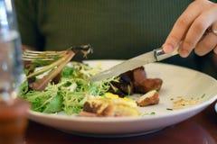 Man& x27; s wręcza rozcięcia i łasowania jedzenia Fotografia Royalty Free