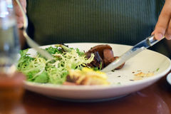 Man& x27; s wręcza rozcięcia i łasowania jedzenia Obrazy Stock