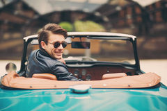 Man sammanträde i lyxig retro cabrioletbil utomhus Royaltyfri Bild