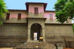 Man sammanträde på moment, yttersida av Vitthal Mandir, den Vithalwadi wadin, Prati Pandharpur Royaltyfria Bilder