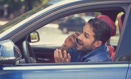 Man samtal på mobiltelefonen, medan köra farligt bilen royaltyfria foton