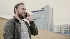 Man samtal på telefonanseendet på taket, då går bort räcker closeupen 4K royaltyfria foton
