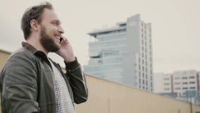Man samtal på telefonanseendet på taket, då går bort räcker closeupen 4K royaltyfri foto