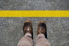 Man schoenenmening van hierboven en een gele grenslijn met exemplaarruimte voor uw tekst royalty-vrije stock afbeelding