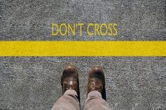 Man schoenenmening van hierboven, woorden kruist niet en een grenslijn met exemplaarruimte stock foto's