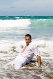 Man in the seaside wearing white clothes Royalty Free Stock Photos