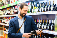 Man selecting wine in store Royalty Free Stock Images