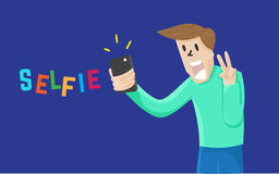 Man Selfie själv med mobilen och le på marinblå bakgrund Royaltyfria Foton