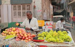 Man sells fruits in the market of Delhi, India Royalty Free Stock Images