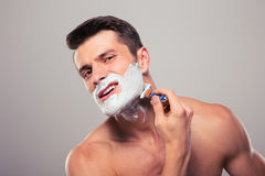 man shaving young Στοκ φωτογραφίες με δικαίωμα ελεύθερης χρήσης