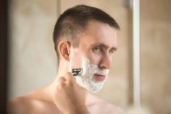 man shaving young Στοκ φωτογραφία με δικαίωμα ελεύθερης χρήσης