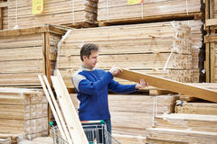 Man shopping for timber in shop Royalty Free Stock Photos