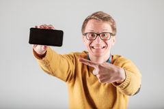 Man showing blank screen of his phone Royalty Free Stock Photos