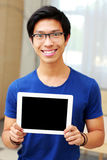Man showing blank tablet computer screen Royalty Free Stock Photography