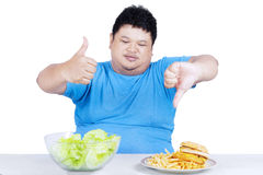Man showing healthy and unhealthy food Royalty Free Stock Images