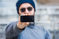 Man showing his smartphone Royalty Free Stock Photography