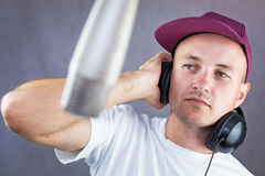 Man singing in the studio Royalty Free Stock Photography
