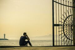 Man sitting at harbor Royalty Free Stock Photography