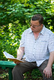 man sitting and reading Stock Photography