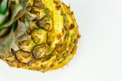 Man skivade ananas på isolerad vit bakgrund, skott från abo royaltyfria bilder
