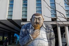 Man skulptur framme av fjärden 101, som är ett kultur- och konstkomplex i Haeundae område, den Busan staden Royaltyfri Foto