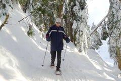 Man Snowshoeing Arkivfoto