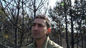 Man som är desperat i den brända skogen, begrepp för ekologicatactrophekatastrof arkivfilmer