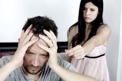 Man som är desperat om kvinnan som bryter upp att ge den tillbaka förlovningsringen Arkivfoton