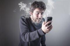 Man som är ilsken på telefonen Arkivbild