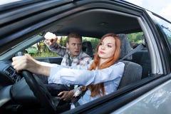 Man som är tokig på kvinnachauffören Arkivbilder