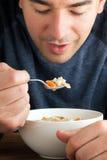 Man som äter feg soppa arkivfoton