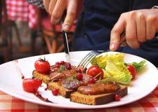 Man som äter Foie gras i fransk restaurang Arkivbilder