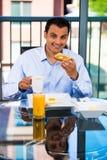 Man som äter frukosten Arkivfoto