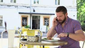 Man som äter frukosten i det kafé-, glidare- och pannaskottet, rätt lager videofilmer
