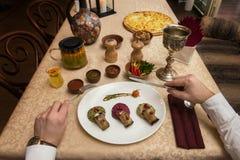 Man som äter i den georgian restaurangen Arkivfoto