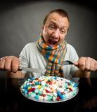 Man som äter pills Fotografering för Bildbyråer