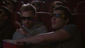Man som äter popcorn i bion 3d Spectactors tycker om biomellanmål stock video