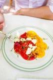 Man som äter tomatsallad och ost Royaltyfri Bild