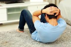 Man som övar abdominals på golvet Fotografering för Bildbyråer