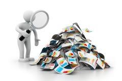 Man som analyserar affärsrapporten Arkivfoton