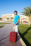Man som ankommer på hotellet med hans bagage Arkivfoto