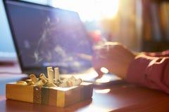 Man som använder bärbara datorn och i regeringsställning röker cigaretten Royaltyfria Foton