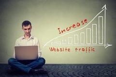 Man som använder bärbara datorn som arbetar på ett plan för att öka websitetrafik Teknologimarknadsföringsbegrepp royaltyfri illustrationer