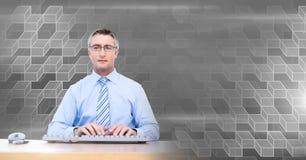 Man som använder datoren med geometrisk övergång arkivfoto
