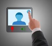Man som använder den digitala manöverenheten till förbindande video pratstund. Arkivfoto