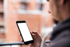 Man som använder den moderna mobila smartphonen Skott med tredje-person sikt, tom skärm arkivfoto
