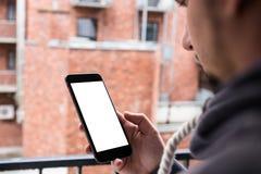 Man som använder den moderna mobila smartphonen Skott med tredje-person sikt, tom skärm arkivbilder