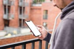 Man som använder den moderna mobila smartphoneskyddsramen mindre design Skott med tredje-person sikt, tom skärm arkivbilder