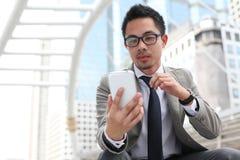 Man som använder den smart telefonen för mobil Arkivbilder